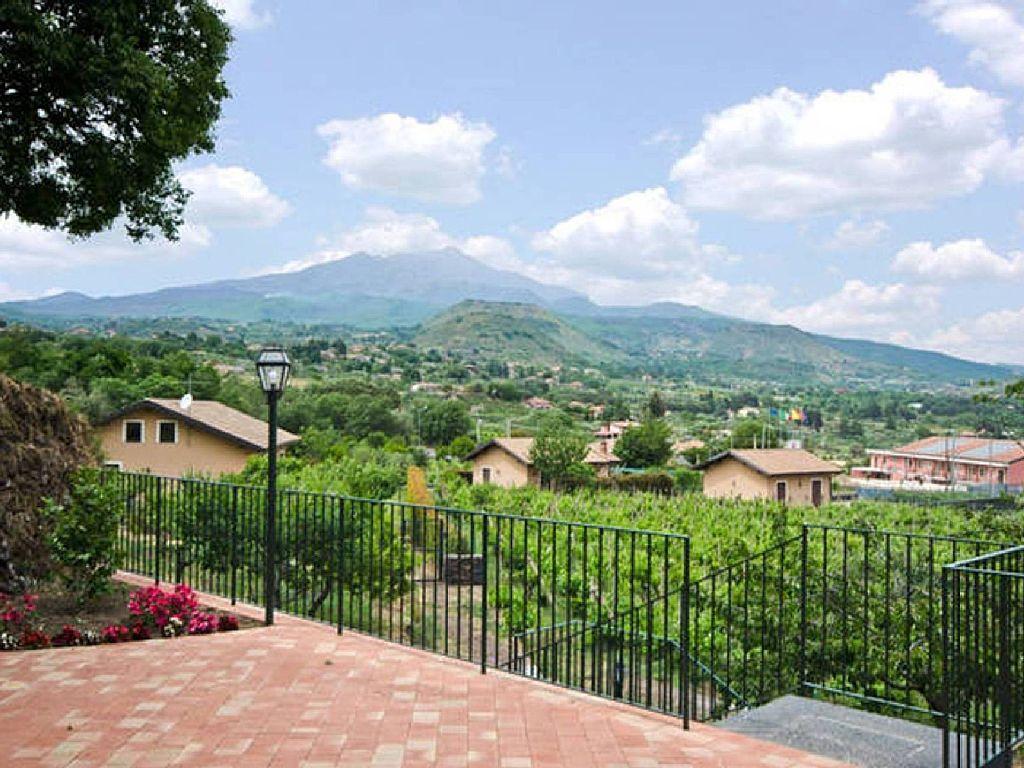 Home case vacanze dietroserra viagrande for Casa tradizionale siciliana